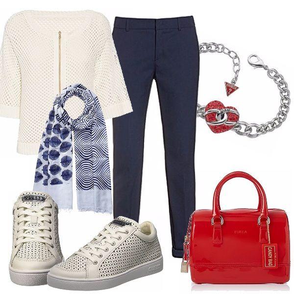 Un outfit dal sapore sportivo, con un tocco di eleganza! Pantalone blu di linea…