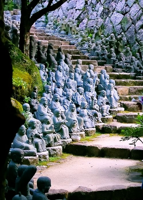 Statue Stairs, Kyoto, Japan >>> love to take a walk here!