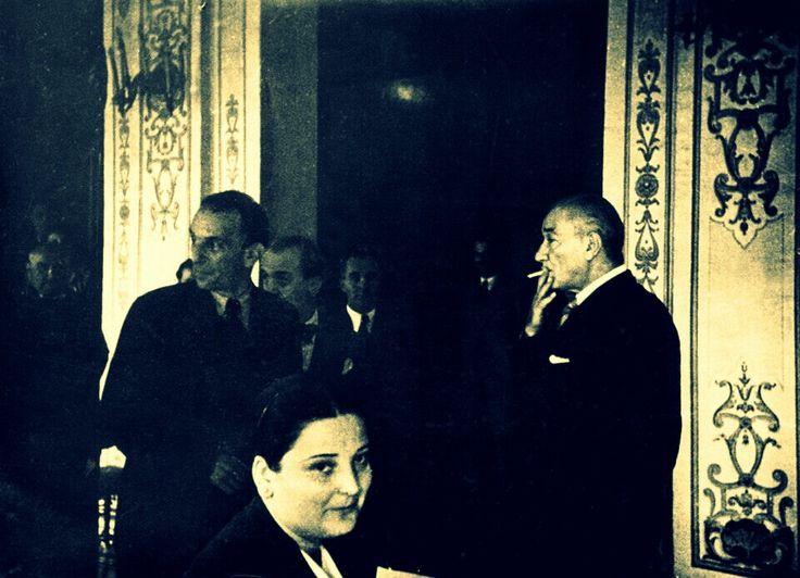 """Nuri Ulusu, Atatürk'ün sigara içişini şöyle anlatır:  """"Kendi şahsına mahsus olmak üzere Tekel idaresince imal edilen, üzerinde G.M.K., bilahare de K.A. özel markaları olan, ucu yaldızlı sigarasını içerdi.  İçerken her iki yanak avurtlarını çukurlaştırmak suretiyle de derin nefesli şekilde içine çekerek içerdi."""""""