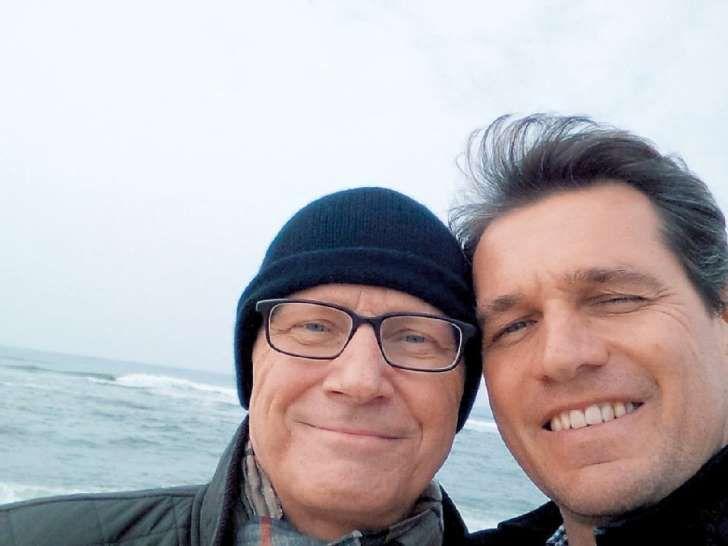 Selfie mit Mütze: Krebspatient Guido Westerwelle mit seinem Ehemann Michael Mronz am Strand von Mallorca.
