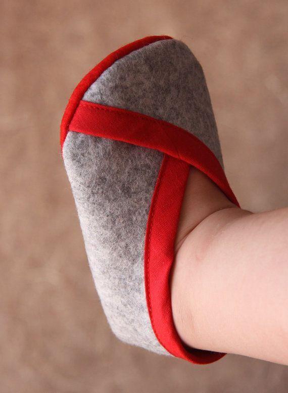 ファーストシューズという言葉をご存じですか?外で歩く靴とは別に、赤ちゃんのために特別に用意する上履きのようなもの。歩き出すまでの赤ちゃんの柔らかい足を包む、お守りのようなシューズです。素足で履くので、柔らかいフェルト素材で簡単に作れる方法をご紹介。手作りなら赤ちゃんの成長に合わせてサイズも調整できる。愛情を込めてオリジナルシューズを作ってあげましょう♪