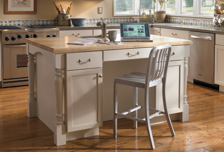 maple kitchen islands this island featuring s shiloh maple doors with 4001
