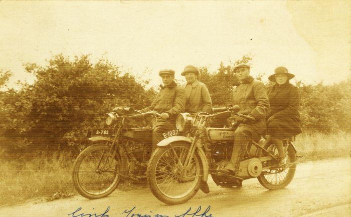 De Harley Davidson van Bauke Miedema uit St. Jacobiparochie, foto gemaakt op 30 augustus 1924.