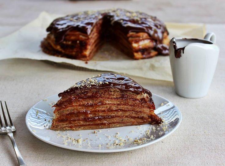 A palacsinta mindenki kedvence. Egyszerű palacsintából pedig ünnepi desszertet varázsolhatunk az asztalra egy kevés dióval, lekvárral és csokoládéval.