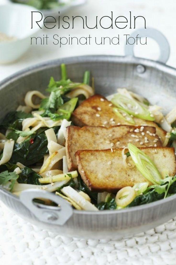 Reisnudeln mit Spinat und Tofu - Schneller Genuss aus Pfanne oder Wok – und ganz ohne Fleisch! | 380kcal | 30 Minuten Zubereitungszeit | http://eatsmarter.de/rezepte/reisnudeln-mit-spinat-und-tofu