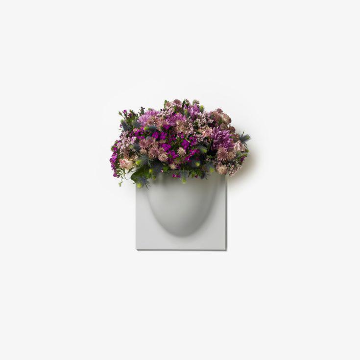 VertiPlants - Vægkrukke - Grå. VertiPlants vægkrukke kan bruges til andet end planter, brug den på børneværelset til opbevaring af småting, eller på kontoret til kontorartikler eller til køkkenredskaber - kun din fantasi sætter grænserne. Fås i hvid, sort eller grå.