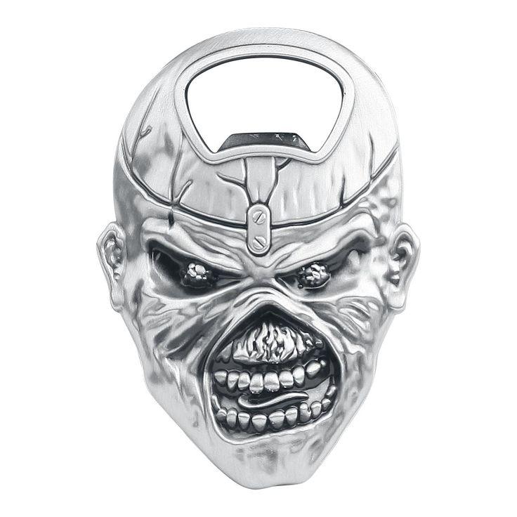 Iron Maiden - Eddie  - Material:metal - Tamaño: aprox. 850 x 60 mm - Magnético  Disfruta de tu cerveza con un sorprendente estilo: ¡consigue con nosotros el abridor de botellas 'Eddie' de Iron Maiden! Como puedes ver, el abridor de botellas tiene la forma de la mascota de la banda, Eddie. El abridor también es magnético. ¿Puede haber algo mejor?