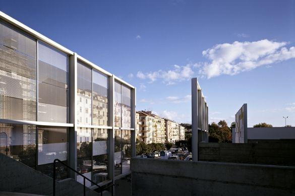 Nuovo edificio vetrato a completamento della piscina olimpionica comunale di Savona. Brise soleil realizzati in rete stirata di acciaio.