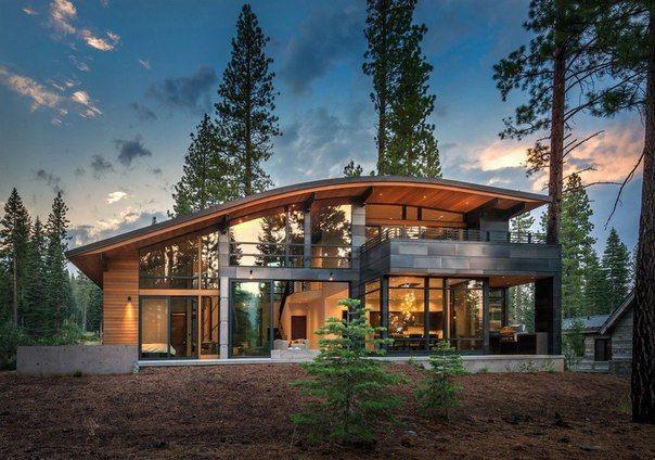 Современный особняк с металлической обшивкой и необычной изогнутой крышей.  #строительство #фасад #металлосайдинг #дизайн #архитектура #ОООБазисПрофнастил