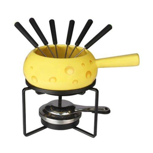 Esse jogo temático é indicado para o preparo de fondue de queijo e é composto de panela em cerâmica, seis espetos, fogareiro, 'rechaud' e chapa. O kit é comercializado por R$ 109 na Yellowart (www.yellowart.com.br) | Preços pesquisados em junho/ julho de 2015 e sujeitos a alterações