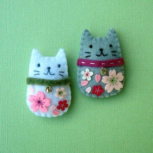 Via Broches de Fieltro. felt embroidery stuffed cats handmade gifts girls kids