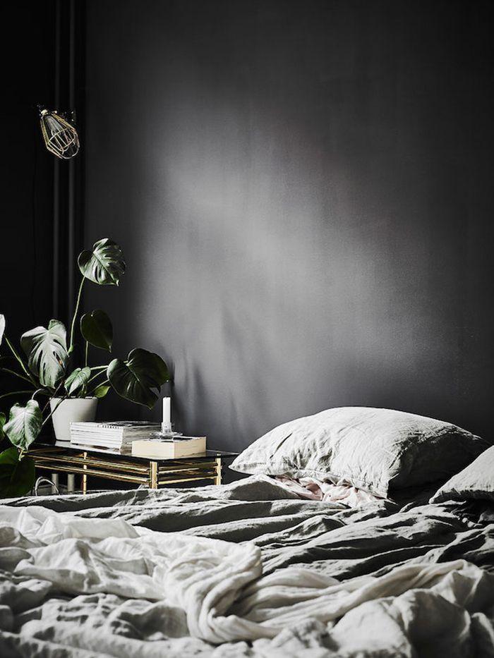 För att lite återkoppla till mitt inlägg häromdagen som handlade om mitt svart-begär, så vill jag i dag inspirera med en interiör där man låtit väggarna målas i svart, eller mörkaste...