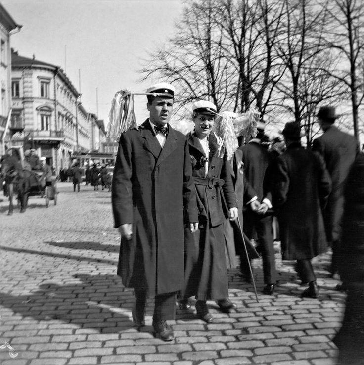 Vapunviettoa Pohjois Esplanaadikadulla 1.5.1919. Vappu/Valborg/1st of May in Helsinki, Finland. (photographer Timiriasew Ivan)
