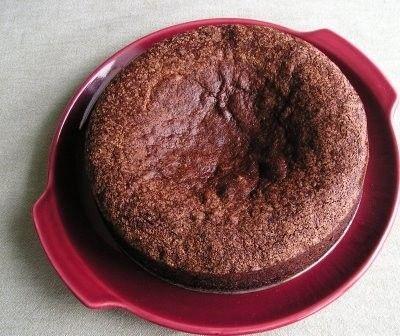 Il Pan di Spagna al cacao è una semplice ma deliziosa variante di quello classico, ed è il punto di partenza per mille deliziosi dolci, soprattutto torte, ma anche zuppe inglesi e tiramisù esclusivi.