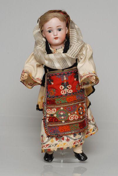 Πορσελάνινη κούκλα από τη συλλογή της βασίλισσας Όλγας ντυμένη με την κοριτσίστικη φορεσιά της Αιδηψού