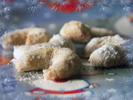 80 г масла  30 г сахарной пудры  1 желток  100 г муки  щепотка соли  50 г молотых грецких орехов  щепотка апельсиновой цедры   Масло хорошо смешать с сахарной пудры до светлого цвета, добавить желток, всыпать муку и соль, хорошо вымесить, добавить молотые орехи и цедру.  Положить на час в холодильник.  Духовку разогреть до 200 градусов.  Остывшее тесто достать, раскатать в колбаску, отрывать/отрезать кусочки см по 3, закручивать в роглички и выкладывать на противень.  Печь 7 минут.