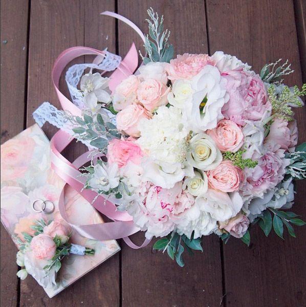Стильный букет невесты с пионами, пионовидными и кустовыми розами, эустомой и акацией