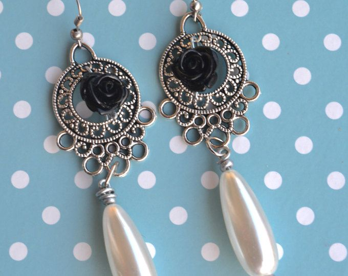 Traditional Spanish style handmade earrings. With a black rose in the center and a teardrop pearl.    https://www.etsy.com/shop/Aamapola    #Aamapola #Etsyshop #Etsy #love #earrings #handmade #flamenco #flamenca #spain #spanish #fashion #trendy #style #2017 #2018 #present #blackrose #black #rose #gitana #jewelry #teardrop #chandelier #pearl #cute #pendientes #aretes #modaflamenca #moda #España #artesanías #feria