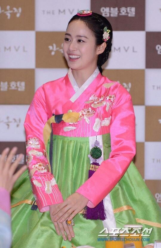 Kim Tae-hee in hanbok
