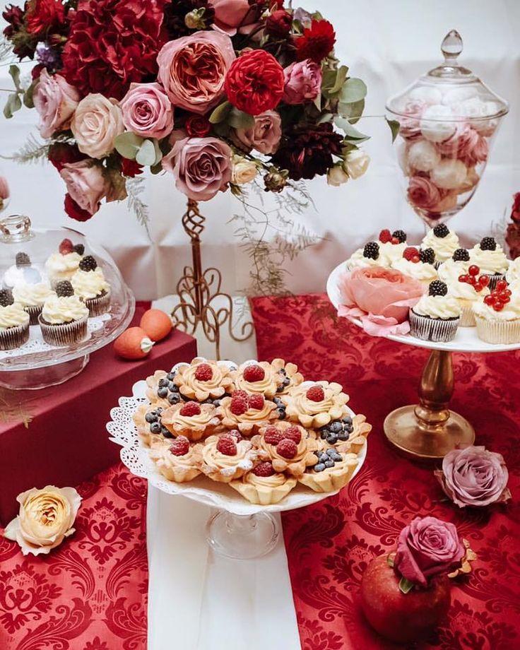 Table flower decor  #decoryourtable #flowerseverywhere #redandwhite #style #coolflowers_cz #pragueflowersdelivery #kvetiny #kvetinypraha #dovozkvetin #vazanikytic