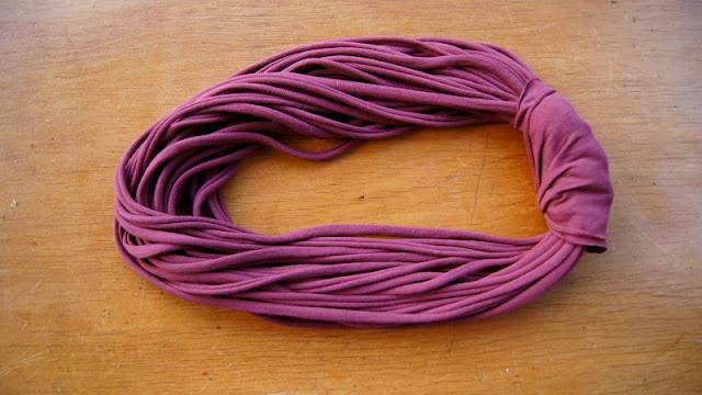 Dikke truiendag? Dat is een leuke sjaal dragen! Deze kan je zelf maken, met een oude T-shirt!