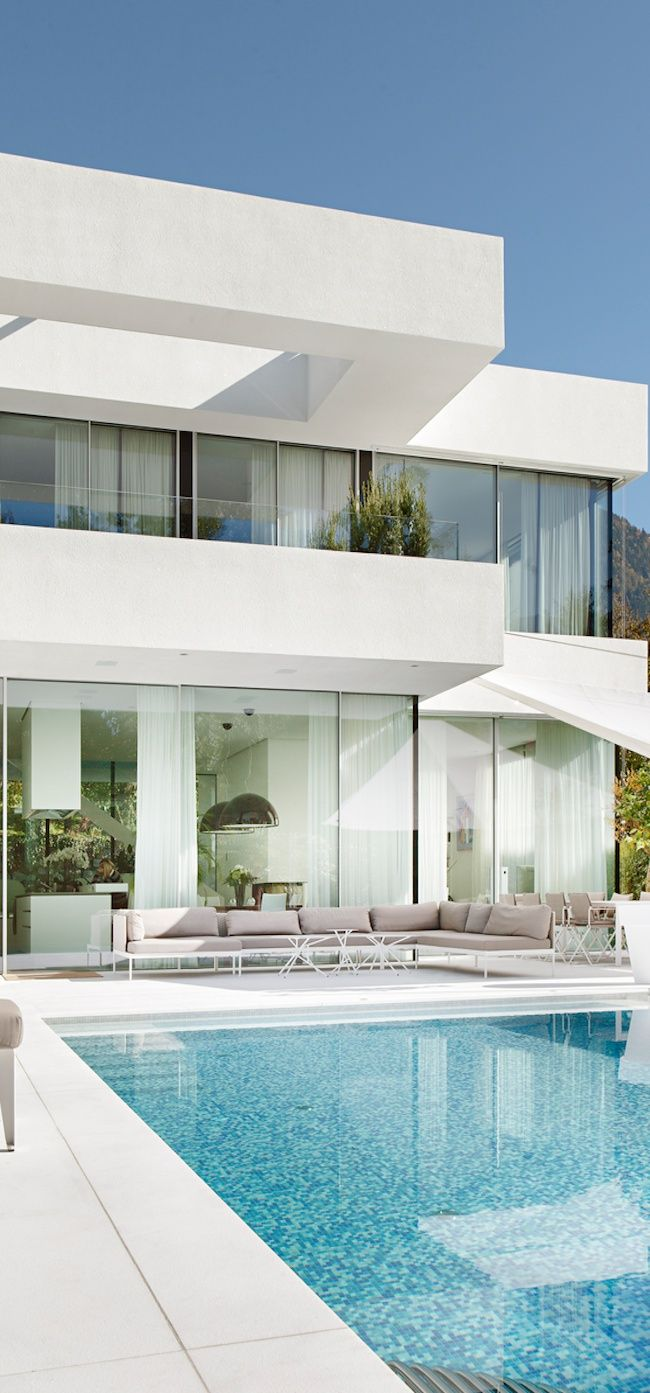 I would love to live in a house like this on the beach - pool