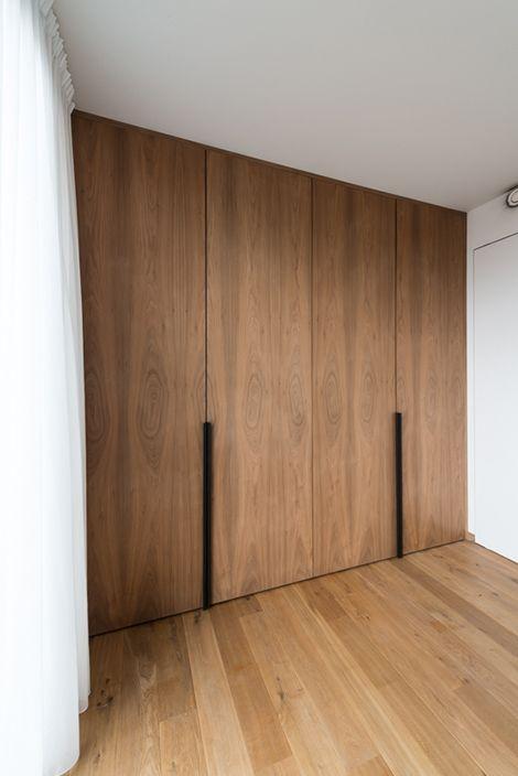 Zwarte Slaapkamer Kast.Kast In Notelaar Fineer Met Zwarte Grepen Detail In House In 2019