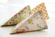 Cone shaped pouches to hold some candy or small gifts for handing out to party guests - Pequeños paquetes para dar a los invitados