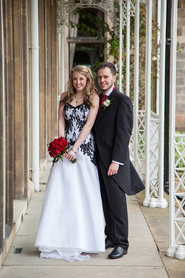 Vestito di nero al matrimonio gotico