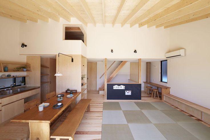 おしゃれなのにほっとする。上質な和モダンリビングのインテリア実例15 ... 建築家:小嶋 直「柳崎の住宅」. 空に浮かぶタタミリビング. キッチン
