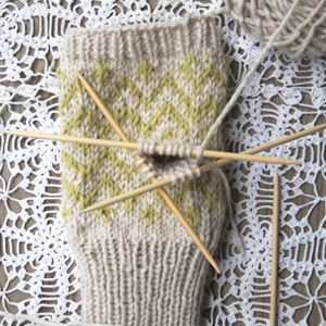 tutorial on how to make a thumbhole on fingerless mittens- this would have been helpful when I was doing this last week!