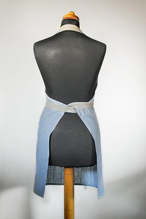Delantal de lino - completo tejido gris lino natural delantal con azul claro y tiene un bolsillo grande, delantal café con estilo y elegante. Usarlo y sentir como un mejor cocinero de la su cocina.  • El tamaño del delantal – x70cm 30,7(alto) x 27,5 (anchura) / 78cm (alto) (ancho) • 100% lino puro • color – lino natural con azul claro • precio para 1 delantal  Delantal hecho de lino y tiene un bolsillo grande. El delantal tiene una correa larga, así que usted puede fácilmente para ajustar a…