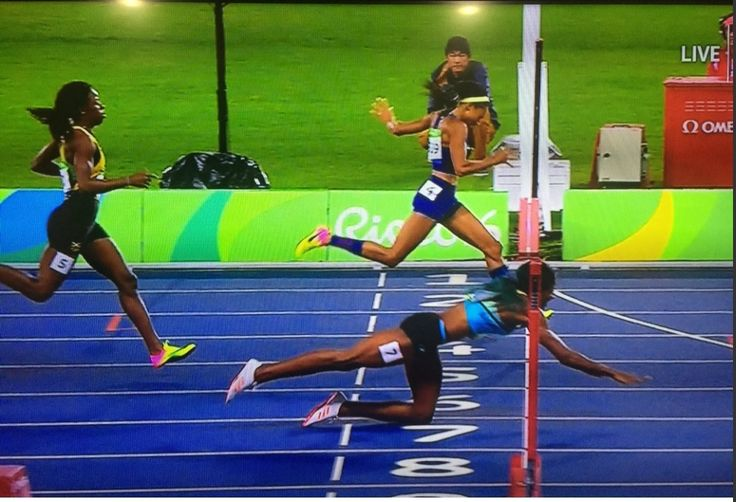 Shaunae Miller dives for the gold to beat Allyson Felix in the 400 meters http://ift.tt/2bdiwiK Love #sport follow #sports on @cutephonecases