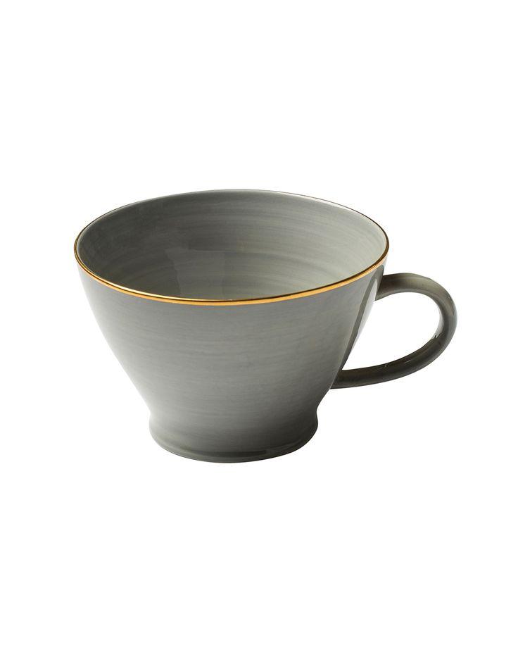Större mugg i ljusgrå ton med en guldfärgad kant.