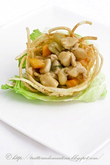 Nidi di patatine ripieni di bocconcini di pollo alle verdure