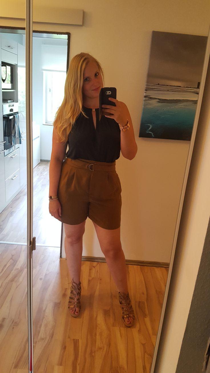 Sommer Outfit / Shorts / grünes Top / Keil Sandaletten / Fashion