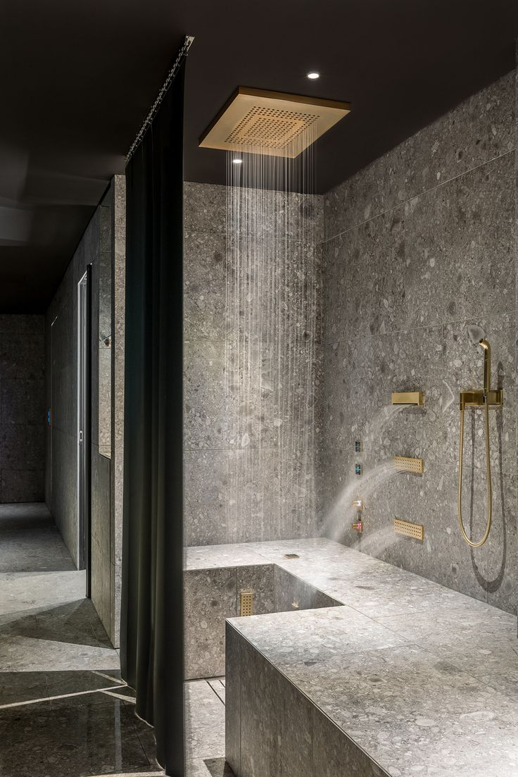 Dornbracht provided the Comfort Shower in a customised brushed brass finish for the wellness area of the Ceresio 7. Their powerful back massages aid regeneration after sport.