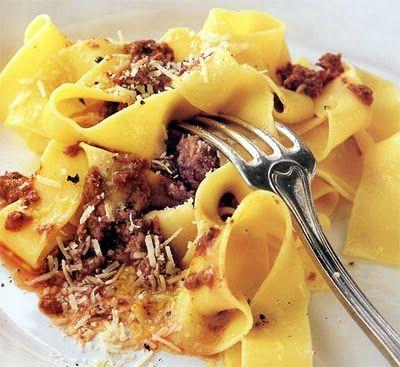 Pappardelle alla lepre: gustosissimo piatto della tradizione maremmana in cui è possibile avvalersi della saporitissima cacciagione della zona.
