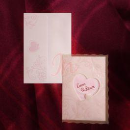 Invitatie dintr-un carton roz cu design floral acoperit cu un calc alb ornat cu acelasi design floral perlat avand un decupaj central sub forma de inimioara prin care se poate vedea numele mirilor imprimat pe invitatie (tiparire: 0.25 lei/buc). Plicul roz are imprimate floricele si o inimioara si este inclus in pret.  #invitatie de #nunta #mirese #miri #invitatii #elegante #originale