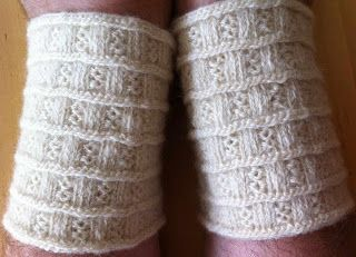 Lappone: twined knitting / tvåändsstickning. Wrist warmers - nice small project to learn how to do twined knitting! Free pattern.