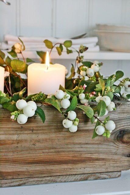 Des baies blanches, du bois et des bougies