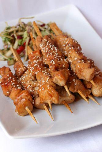 Brochettes de poulet caramélisées & salade croquante, vinaigrette au soja