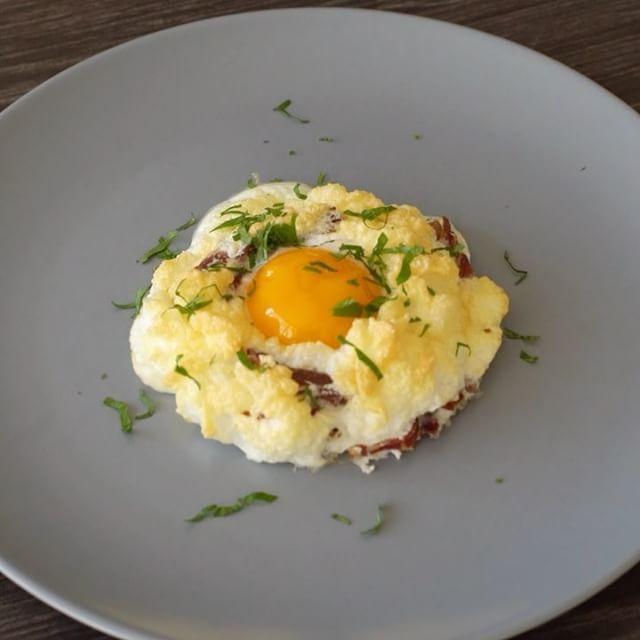 Hafta sonu demek kahvaltı demek! İçini dilediğiniz malzemelerle süsleyin, özellikle minikler bu bulutlara bayılacak 🤗🍳#onedio #onediocom #onedioyemek #onediovideo  4 yumurta beyazı 4 yumurta sarısı Pastırma Karabiber Tuz Maydanoz (isteğe bağlı) Yumurta beyazlarını köpük olana kadar 3-4dk çırpın. İçine ince dilimlediğiniz pastırmayı tuz ve karabiberi, isterseniz maydanozu ekleyin. Yağlı kağıt üzerine 1-2 kaşık koyup ortalarını çukur şekilde bastırın. 230 derece fırında 3-4dk pişirin…