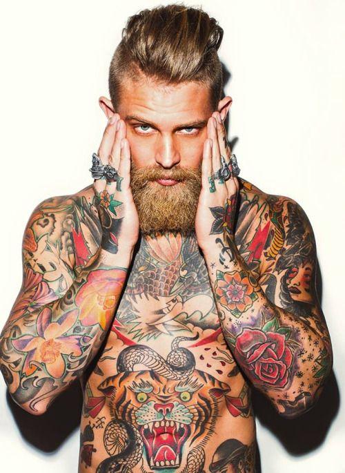 Con la testa rasata a metà, la folta barba a coprire i lineamenti cesellati e il corpo muscoloso disseminato di tatuaggi, non stupisce che in un'epoca in cui a fare tendenza in passerella sono i bad g