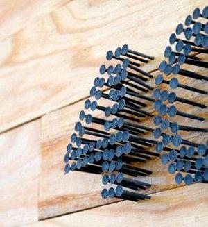 Huisnummer gemaakt van spijkers! U kunt kopen zwarte nagels, maar als je tijd hebt zou je oude nagels te lakken welke kleur je wilt. Begin met een stencil, wat spijkers, een hamer en zie waar je terecht komt.