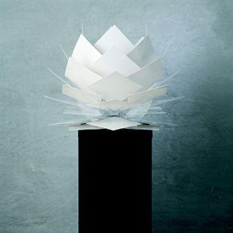 Pine Apple-lampen av Frank Kerdil kan brukes både som taklampe, bord- og golvlampe! Den herlige lampen har form av en ananas når den henger som taklampe. Snur du den opp-ned og bruker den som bordlampe eller golvlampe, får den i stedet form av en lotusblomst.  Denne unike lampen er lagd av polert akryl montert på firkantede plater av polystyren, som gir en fantastisk lyseffekt.  Lampen ble introdusert i februar 2011 på Formlandsmessen i Danmark og er blitt en riktig suksess!