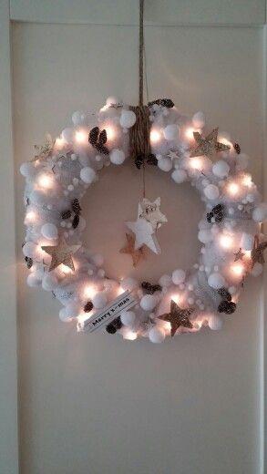 Kerstkrans! Lichtjes met wattendeken en wat versiering. Super leuk effect!
