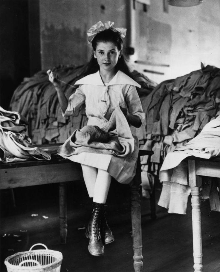 Fotos de la Primera Guerra Mundial: 99 aniversario del verano de su comienzo (IMÁGENES). 917. Una joven estadounidense reparando uniformes de guerra.