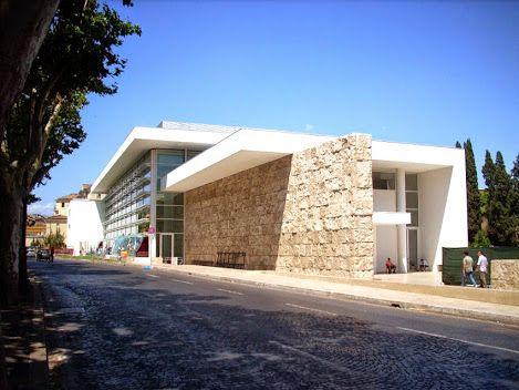 O Museu do Ara Pacis desenhado por Richard Meier, construído em aço, mármore, vidro, o museu é a primeira grande intervenção arquitetônica e urbana do centro histórico de Roma desde a era fascista: é uma estrutura com uma natureza triunfal, aludindo claramente ao estilo de Roma imperial. Superfícies envidraçadas permitem admirar Ara Pacis com condições de iluminação uniformes.  http://sergiozeiger.tumblr.com/post/85178288993/ara-pacis-e-um-altar-dedicado-por-otavio-augusto
