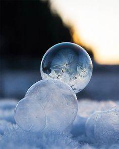 Angela Kelly attend qu'il fasse très froid, fait des bulles de savon, attend qu'elles gèlent et les prend en photo.